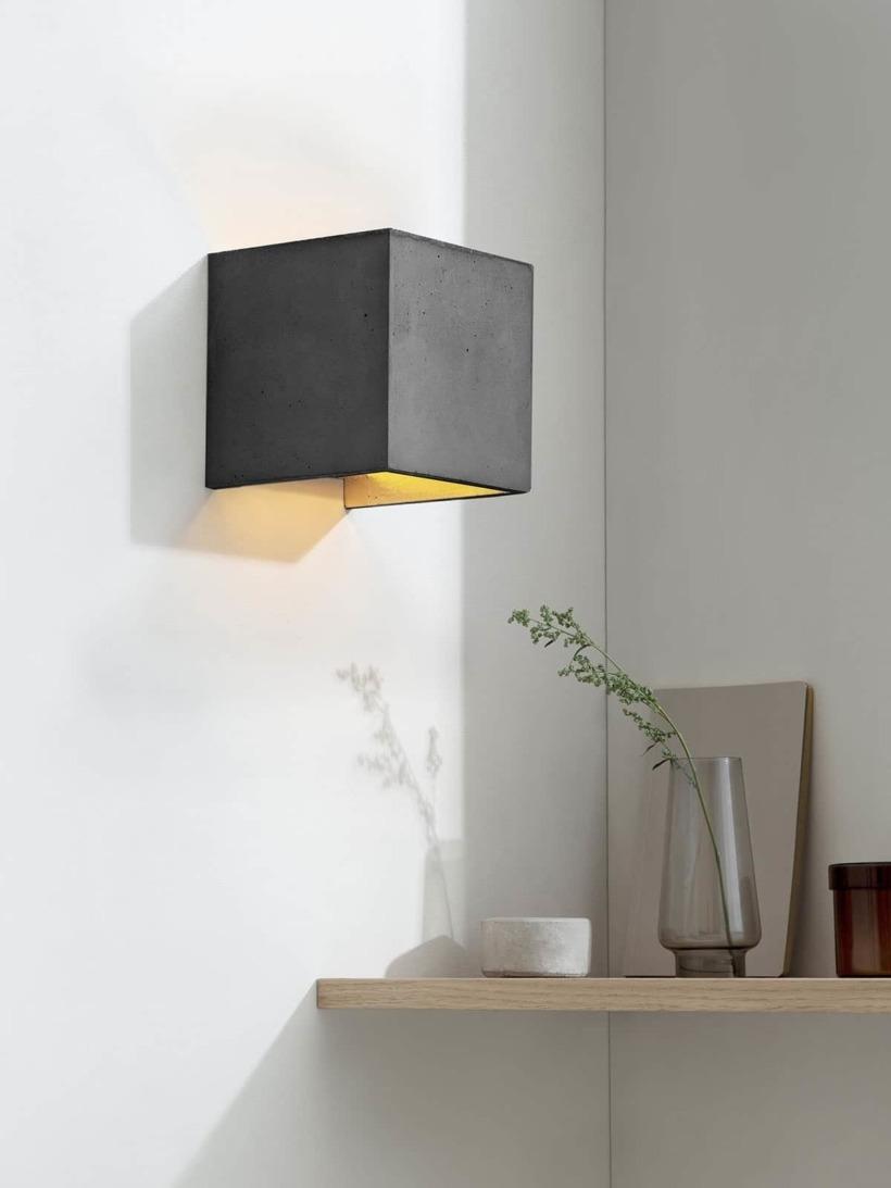 B3 Wandlampe dunkel Beton Gold kontext eingeschaltet