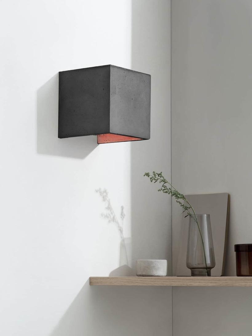 B3 Wandlampe dunkel Beton Kupfer kontext ausgeschaltet
