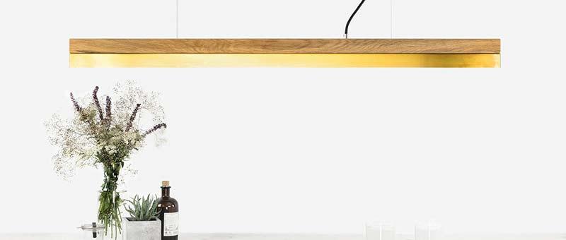 Holzlampe über Tisch, Eiche + Messing